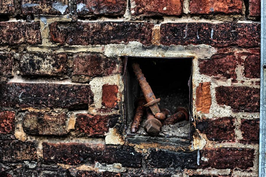 Vergessene Schrauben in der Wand